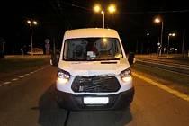 Dodávka po střetu s chodcem v Sokolské ulici v Hradci Králové.