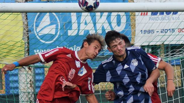 VZDUŠNÝ SOUBOJ. Hlavičkovat balon chtějí jak třebešský Michal Krykorka, tak i Filip Drobný z Nového Bydžova (vlevo).