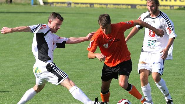 Fotbalisté FC Hradec Králové (v bílém) uhráli ve Fulneku bezbrankovou remízu.