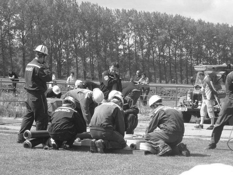 Sbor dobrovolných hasičů Humburky byl založen roku 1898. V roce 1998 proběhly oslavy 100 let založení sboru a při této příležitosti se uskutečnilo Setkání rodáků a přátel obce.