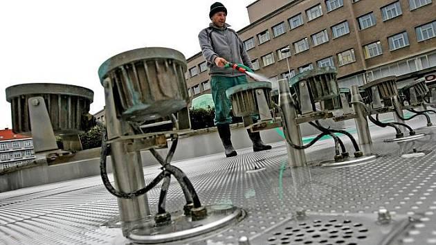Příprava na zimu kašny na Ulrichově a Riegrově náměstí.