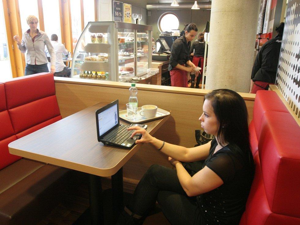 Kavárna CrossCafe ve studijní a vědecké knihovně Hradec Králové.