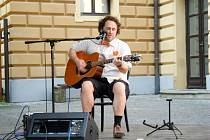 Hudební produkce na letní scéně u Klicperova divadla v Hradci Králové.