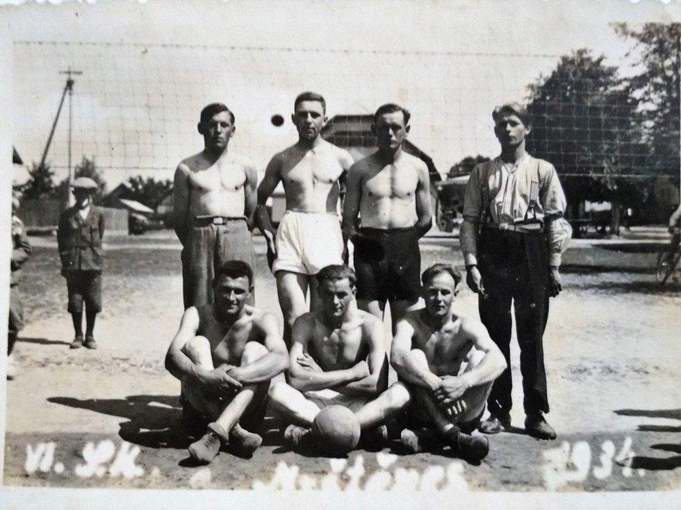 ODDÍL FOTBALISTŮ. Dále se v obci rozvíjel golf – Queen's Park Golf Club Myštěves (první známky golfové hry v Myštěvsi se datují již v roce 1930), sbor dobrovolných hasičů, rybářský spolek, jezdecký klub a šipkový klub. Všechny soubory fungují dodnes.