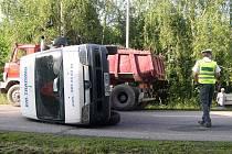 Převrácený dodávkový vůz