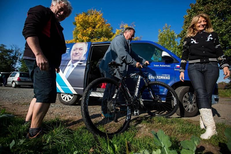 S politiky na kole.