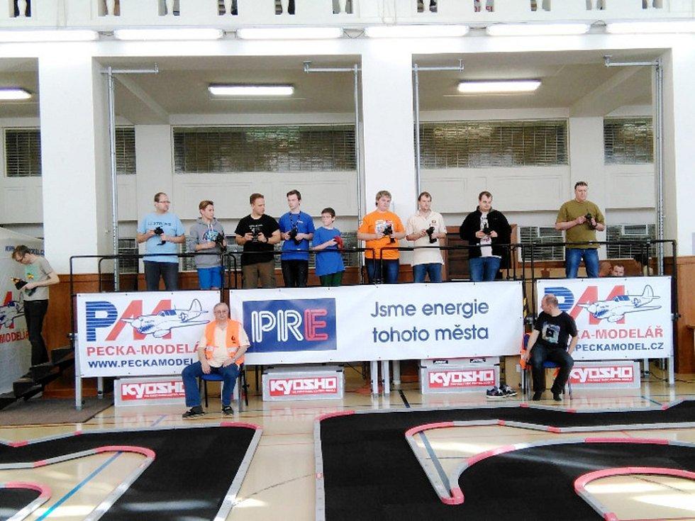 Členové kroužku RC Auta při DDM Třebechovice pod Orebem na závodech v Praze.