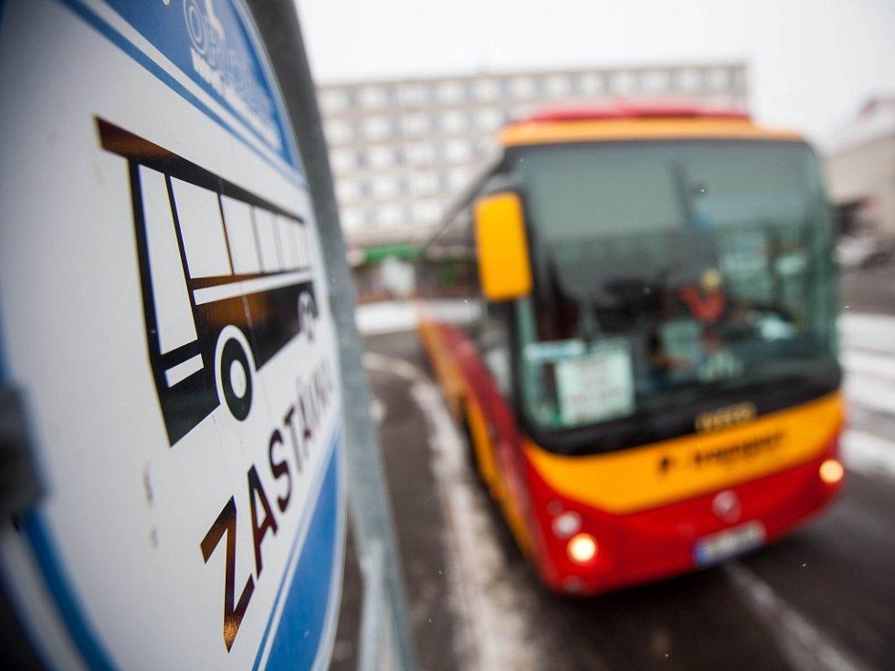 """Výstražná akce řidičů autobusů """"Vesty pro Hradec""""."""