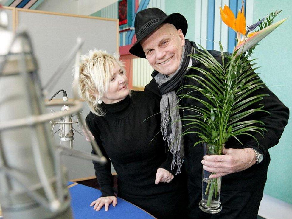 Herecký pár Eva Hrušková a Jan Přeučil ve studiu Českého rozhlasu Hradec Králové.