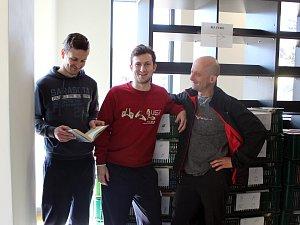 Stěhování knihovny v Chlumci nad Cidlinou.