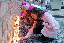 Zapalování svíček u sochy T. G. M. na královéhradeckém Masarykově náměstí.