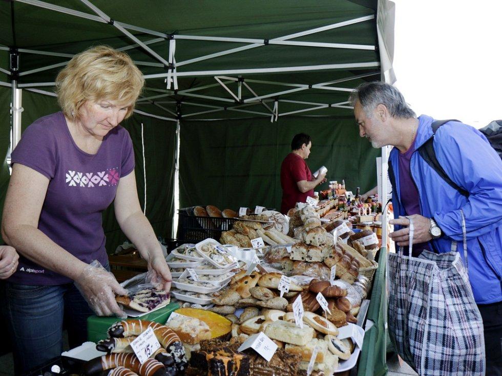 Potravinářský trh na náměstí 28. října v Hradci Králové.