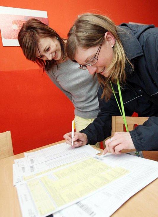 V rodinách se začali objevovat sčítací komisaři, kteří roznášejí formuláře ke sčítání lidu, domů a bytů.  Komisaři, kteří jsou zaměstnanci České pošty,  by měli  lidem pomoci s jejich vyplněním.