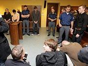 Šest mladíků, kteří v pardubických Tyršových sadech brutálně zkopali a poté pomočili dva bezdomovce, si u krajského soudu vyslechli odsuzující rozsudek.