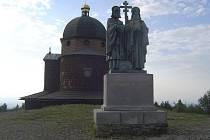 Cyrilo-metodějská tradice: Kaplička na Radhošti, sousoší od Albína Poláška
