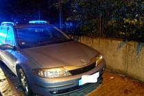 Špatně parkující vozidlo v hradecké ulici Letců.