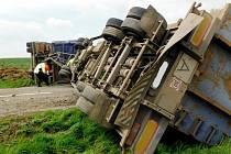 Havárie nákladního automobilu u obce Stračov.