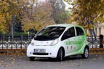 """Automobil značky Peugeot na elektrický pohon se představil u """"Hučáku"""" v Hradci Králové."""