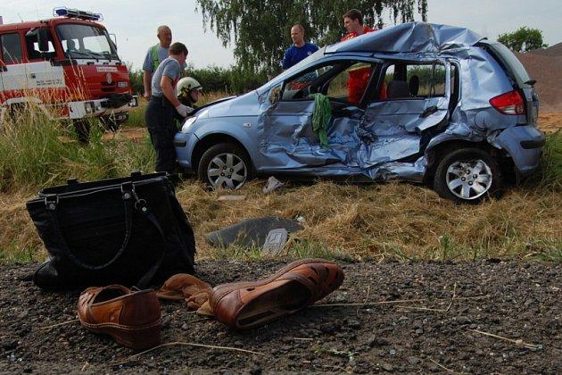 Ve středu se na silnici u Roudnice na Hradecku střetl nákladní vůz s osobním autem. V troskách zničeného vozu vyhasl život 83letého muže. Jeho manželka utrpěla vážná zranění, v kritickém stavu byla dopravena do nemocnice.