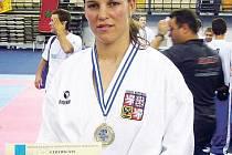Závodnice SK Karate Spartak Hradec Králové Radka Krejčová přidala do své medailové sbírky další cennou trofej.