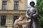 Po osmasedmdesáti letech se do centra Hradce Králové vrátil pomník legionářů.