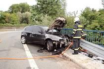 Nehoda a požár osobního vozidla na Rašínově třídě v Hradci Králové.