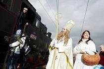 """Mikulášská jízda hostirického vlaku taženého parní lokomotivou zvanou """"Velký bejček""""."""