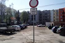 Zákazová značka u vnitrobloku v Herbenově ulici v Hradci Králové.