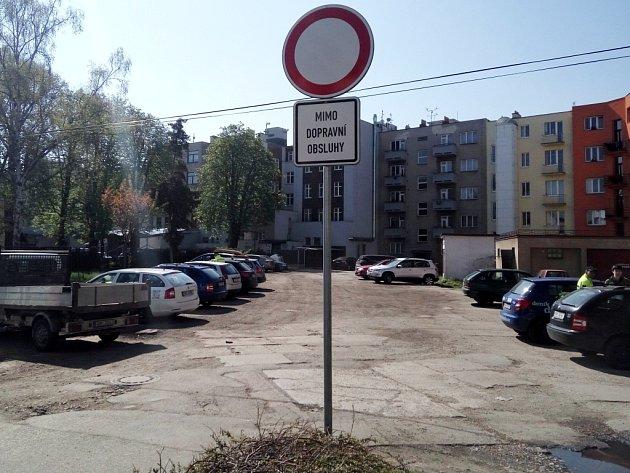 Zákazová značka uvnitrobloku vHerbenově ulici vHradci Králové.