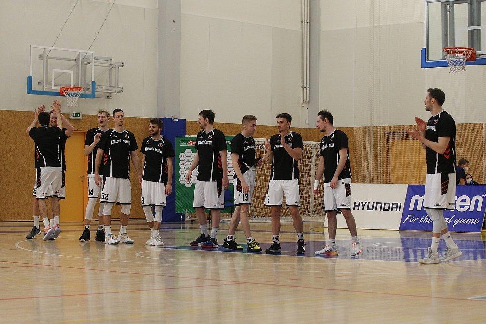 Třetí čtvrtfinále Hradec Králové (v bílém) vs. Opava.