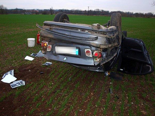 Havárie osobního automobilu na silnici ve směru na Týnec nad Labem nedaleko obce Loukonosy již na území Středočeského kraje.