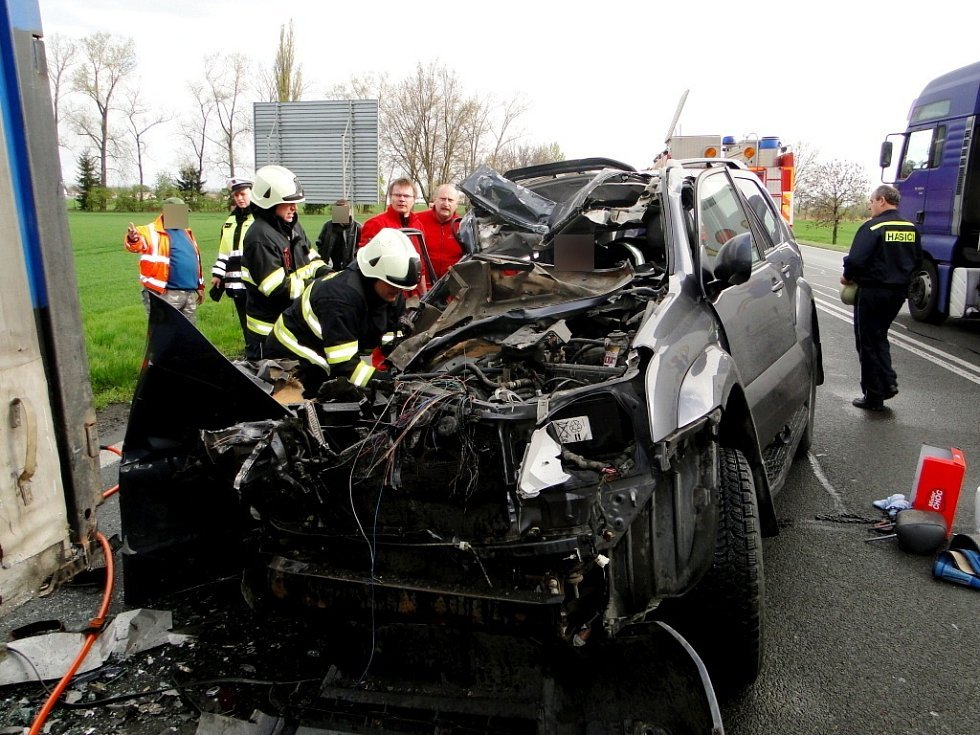 Náraz osobního automobilu do odstaveného kamionu u kruhového objezdu na Stěžery v Hradci Králové.