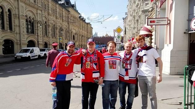 Čeští hokejoví fanoušci v ruské Moskvě.
