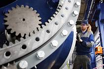 Firma Wikov Wind ze skupiny Wikov Industry, která vyrábí v jedné z hal v areálu BEZ Motory v Plotištích nad Labem větrné elektrárny, dodá svoji první elektrárnu do Francie. Premiérová větrná elektrárna z Hradce bude vysoká zhruba 80 metrů.