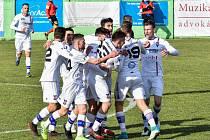Líšeňští fotbalisté se radují z branky Milana Lutonského.