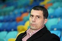 Generální manažer hokejového klubu HC VCES Hradec Králové Aleš Kmoníček v hledišti zimního stadionu.
