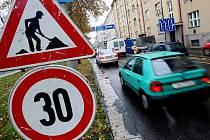 Doprava ve Střelecké ulici je obtížná kvůli opravě vybuchlého domu.