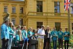 Studenti Gymnázia Boženy Němcové převzali ocenění v soutěži i od bývalého velvyslance Michaela Žantovského.