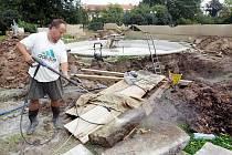 Rekonstrukce kašny s fontánou v Žižkových sadech probíhala 13. srpna v Hradci Králové.