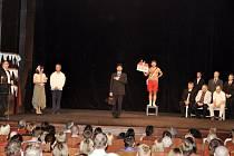 Divadelní hra Dobytí severního pólu v podání bývalých posluchačů Lékařské fakulty UK v Hradci Králové.