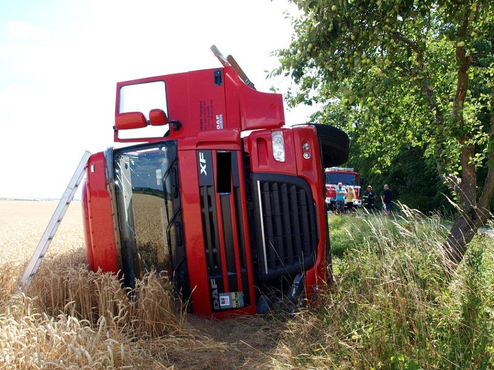 Havárie kamionu u obce Stará Skřeneř.