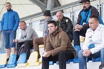 Dění na hřišti z tribuny sledovali přítomní trenéři.