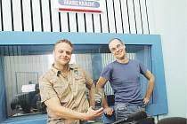Autoři vítězného rozhlasového pořadu: Martin Pařízek (vlevo) a Zdeněk Novák. Martin drží v ruce loňskou, stříbrnou trofej ze stejné soutěže. Letos si do Znojma dojeli rovnou pro zlato.