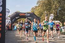 ZÁVODNÍCI všech věkových kategorií a úrovní se v neděli zúčastnili 9. ročníku Olfincar Hradeckého půl/maratonu.