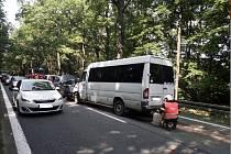 Hromadná nehoda 6 aut na několik hodin omezila provoz mezi Hradcem a Býští