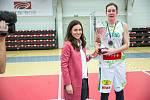 Finálový zápas finálového turnaje Českého poháru basketbalistek v Karlových Varech: KP Brno - Sokol Nilfisk Hradec Králové (v černém).