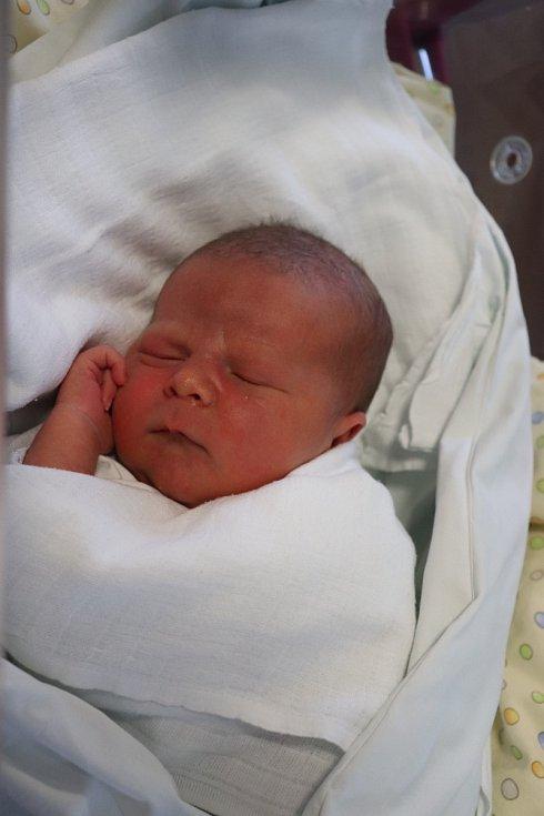 MAREK KRUPIČKA poprvé vykoukl na svět 19. srpna v 6.40 hodin. Po narození měřil 51 cm a vážil 3700 g. Nejvíce svým příchodem na svět potěšil své rodiče Stanislavu a Tomáše Krupičkovy z Holohlav.