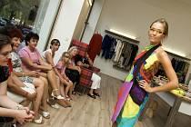 Přehlídka dámské letní módy a doplňků v Galerii a Atelieru jR na královéhradeckém Tylově nábřeží.
