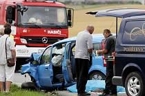 Dva lidské životy si 3. srpna vyžádala dopravní nehoda osobního vozidla a servisního vozu záchranné služby, která se stala po 13. hodině na silnici u obce Lejšovka na Hradecku.
