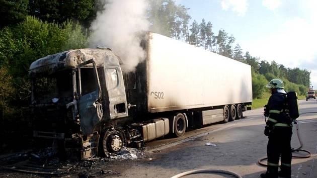 Požár kamionu na dálnici D11.
